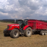 Agro druzstvo Rozstani - nakladni vozidla cekajici na obiloviny z mlaceni