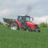 Agro druzstvo Rozstani - traktor pri osetrovani repky