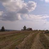 Agro druzstvo Rozstani - kombajn a vetrna elektrarna
