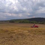 Agro druzstvo Rozstani - kombajn pri mlaceni v terenu